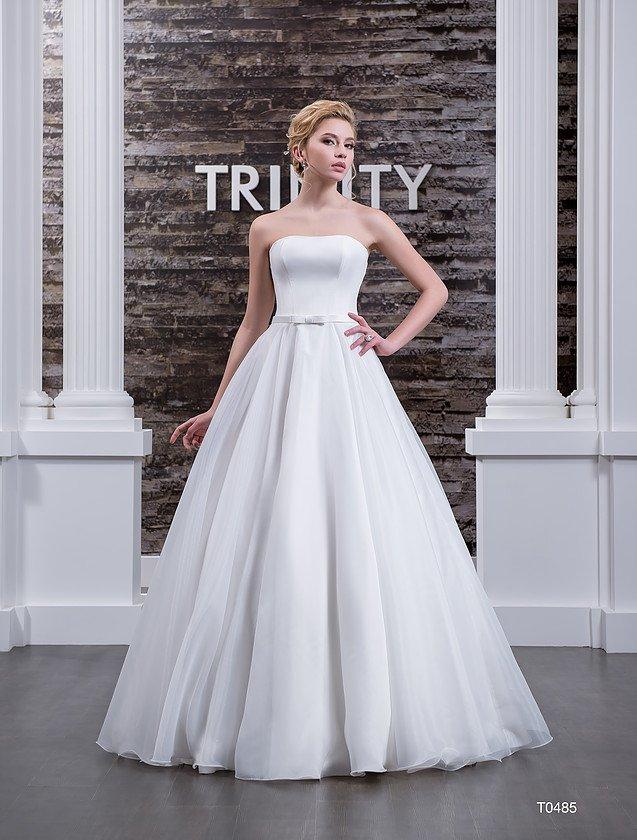 Свадебное платье с лаконичным атласным корсетом, дополненным узким поясом с бантом.