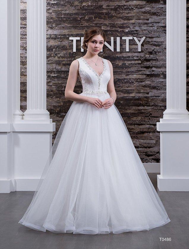Свадебное платье «принцесса» с кружевной вставкой на спинке и изящным вырезом.