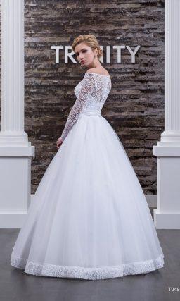 Потрясающее свадебное платье с округлым декольте и романтичной многослойной юбкой.