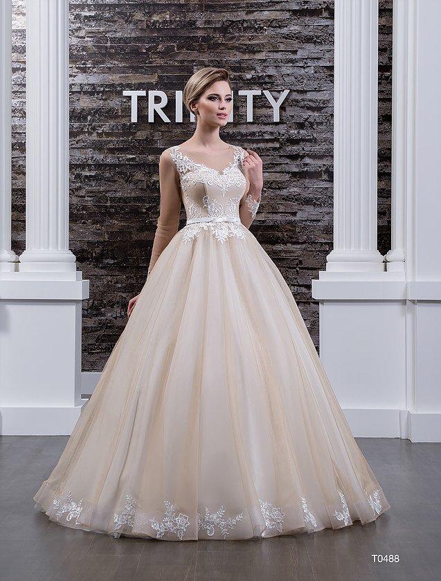 Бежевое свадебное платье с широким V-образным декольте, украшенным кружевом.