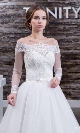 Свадебное платье с кружевным декором портретного декольте и полупрозрачными рукавами.
