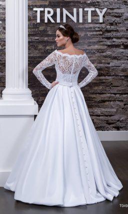 Свадебное платье с изящным атласным поясом на талии и длинными кружевными рукавами.