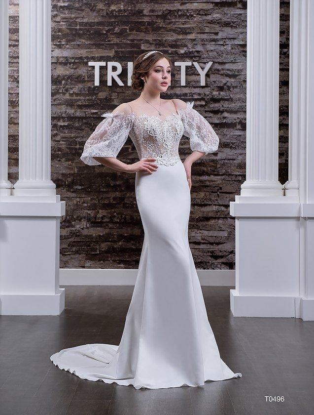 Открытое свадебное платье с эксцентричными пышными рукавами и облегающей юбкой.