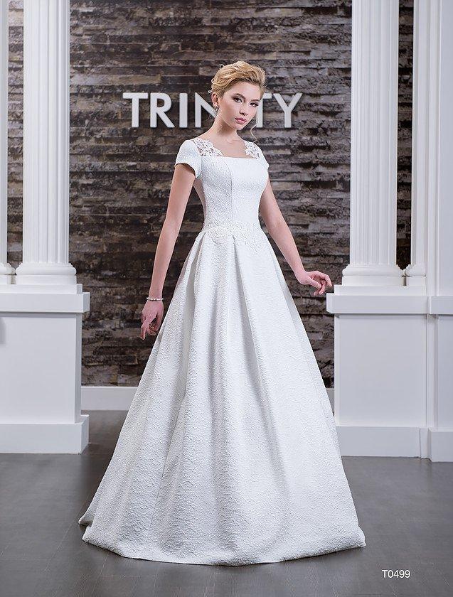 Атласное свадебное платье с округлым декольте на спинке и короткими рукавами с кружевным декором.