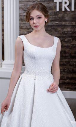 Фактурное свадебное платье с открытой спинкой и элегантным лифом с широкими бретелями.