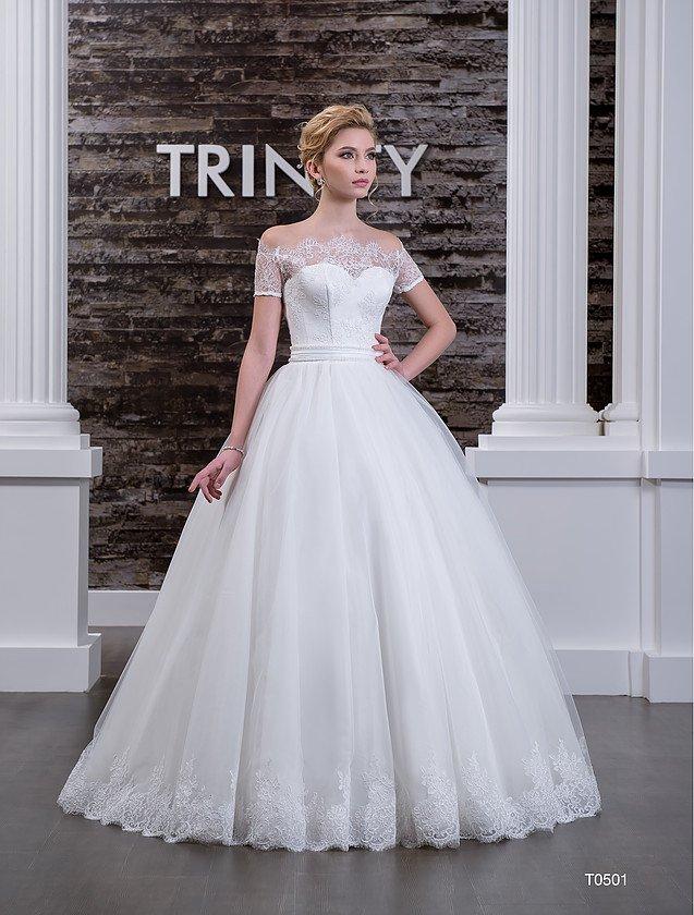 Роскошное свадебное платье с короткими рукавами и кружевным портретным вырезом.