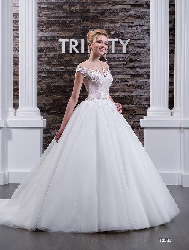 Пышное свадебное платье с бежевым корсетом, покрытым фигурными кружевными аппликациями.