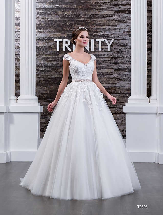 Свадебное платье с небольшим вырезом на спинке и женственным округлым декольте.