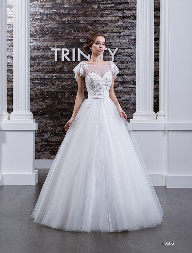 Лаконичное свадебное платье пышного кроя с широкими рукавами и кружевом на корсете.