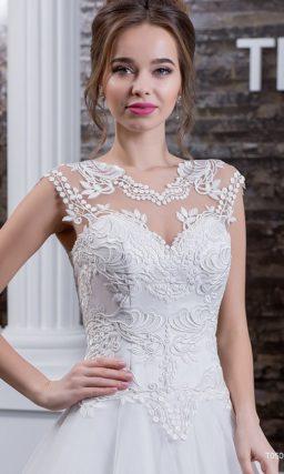 Свадебное платье «трапеция» с аппликациями по всему верху и многослойной юбкой.
