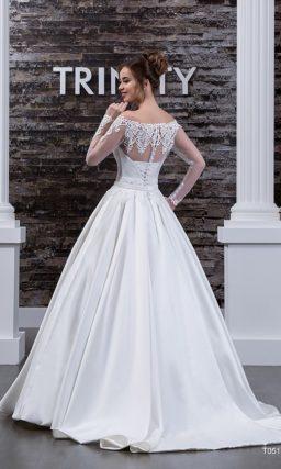 Выразительное свадебное платье из атласа, с роскошной юбкой и портретным декольте.