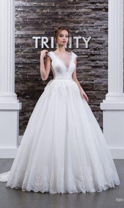 Торжественное свадебное платье с глубоким V-образным вырезом и кружевной отделкой низа.