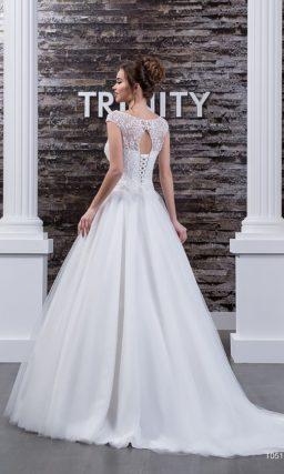 Свадебное платье с широким округлым вырезом и небольшим декольте «замочная скважина» сзади.