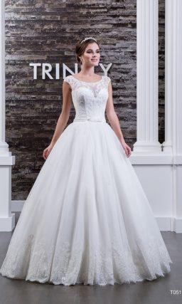 Свадебное платье с закрытым верхом с отделкой из полупрозрачной ткани и узким поясом.