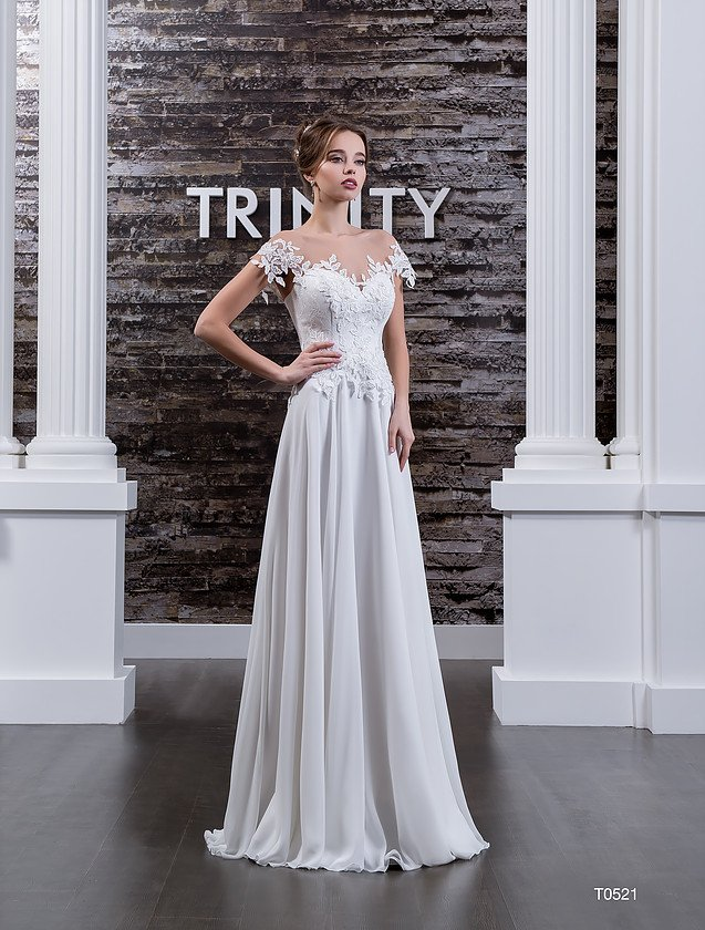 Лаконичное свадебное платье с атласной юбкой и короткими рукавами из плотного кружева.