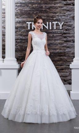 Свадебное платье с воздушным пышным подолом и атласным поясом, украшенным сзади бантом.