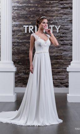 Прямое свадебное платье с полупрозрачной отделкой верха, дополненной плотным кружевом.