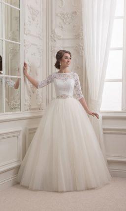 Элегантное свадебное платье с многослойной юбкой и изящными кружевными рукавами до локтя.