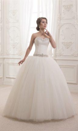 Невероятно пышное свадебное платье со сверкающим поясом и элегантным открытым лифом.