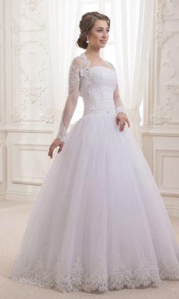 Свадебное платье с лифом прямого кроя, пышной юбкой и прозрачным болеро с длинным рукавом.