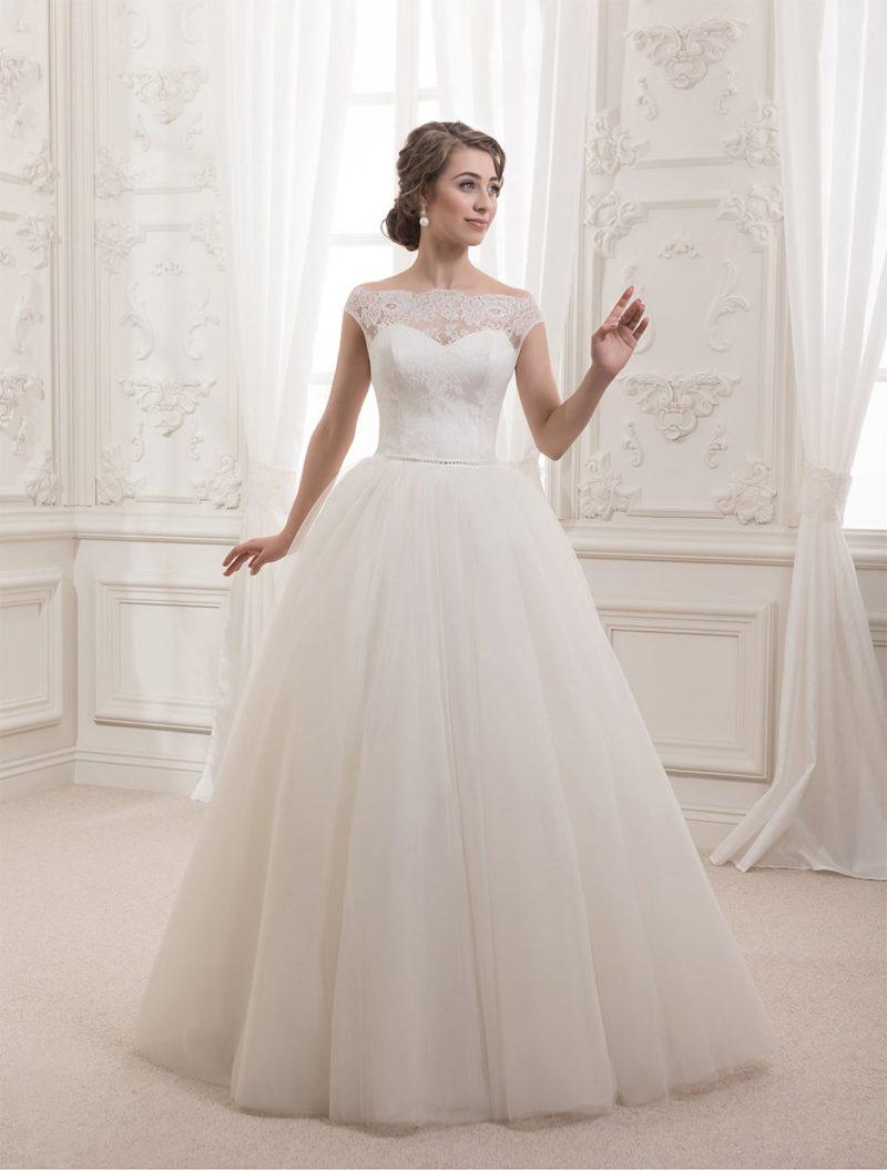 Торжественное свадебное платье с кружевными бретелями на предплечьях и изящным вырезом.