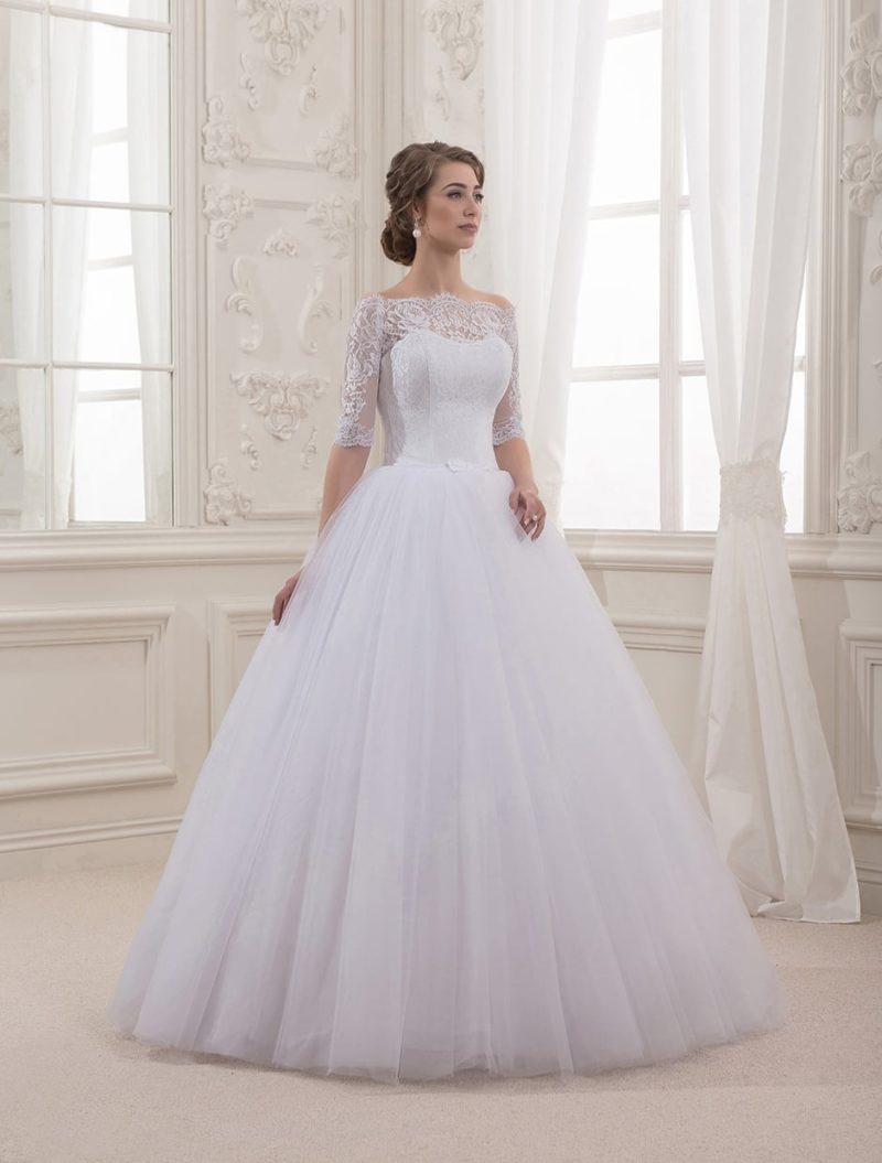 Пышное свадебное платье с фигурным декольте и изящными кружевными рукавами в три четверти.