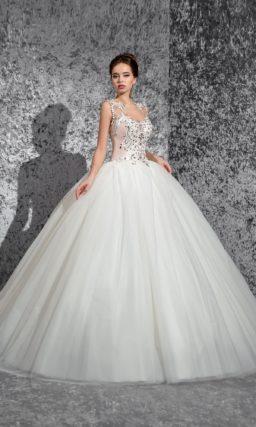 Пышное свадебное платье с роскошным открытым корсетом, покрытым сияющей вышивкой.