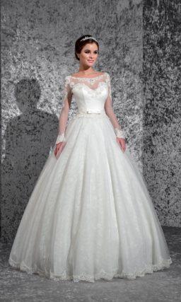 Свадебное платье «принцесса» с атласным корсетом и длинными полупрозрачными рукавами.