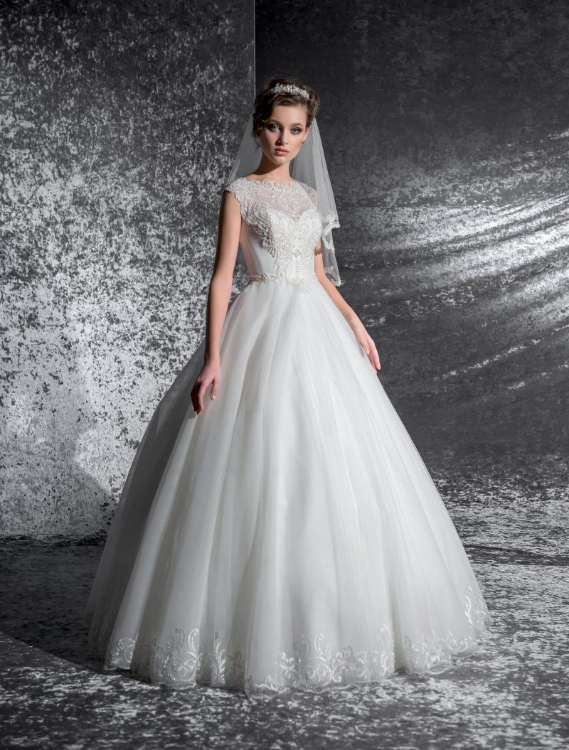 Роскошное свадебное платье с многослойной юбкой и женственным закрытым верхом.