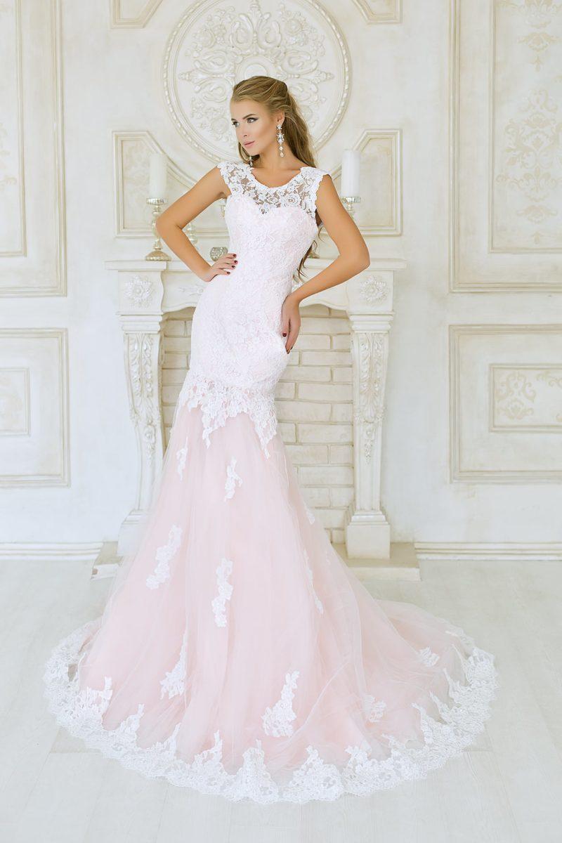 Закрытое свадебное платье «русалка» с пастельно-розовой юбкой и отделкой кружевом.
