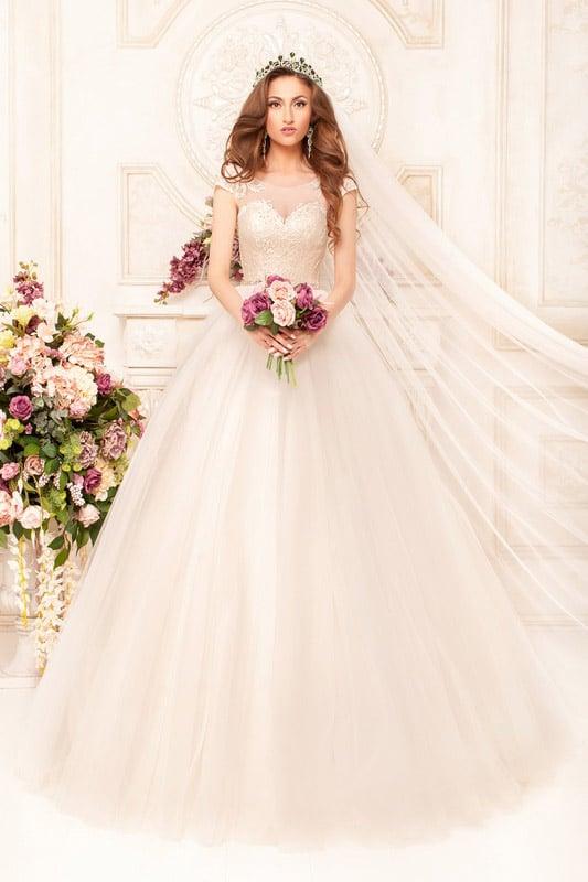 Великолепное свадебное платье абрикосового оттенка с кружевным корсетом с лифом-сердечком.
