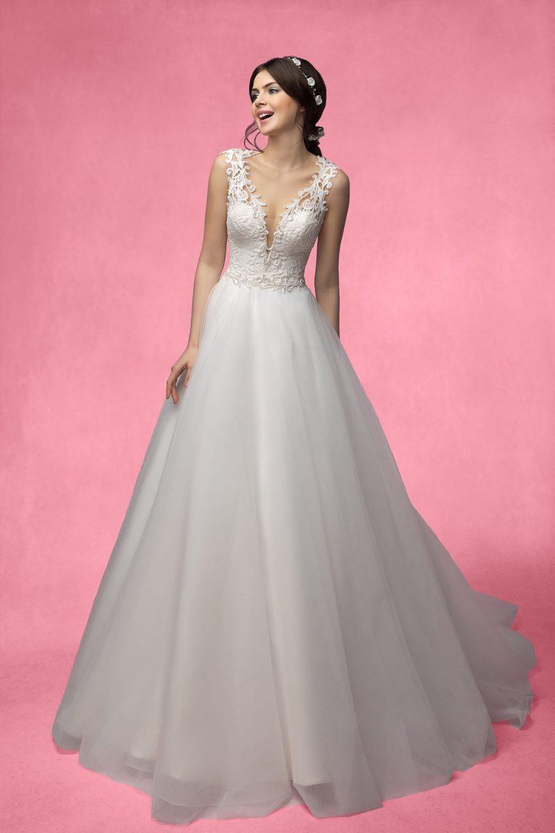 Свадебное платье с глубоким вырезом, украшенным кружевной тканью.