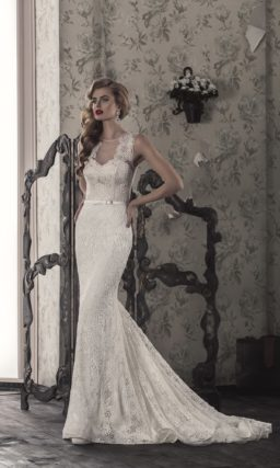 Облегающее свадебное платье цвета слоновой кости с изящными широкими бретелями.