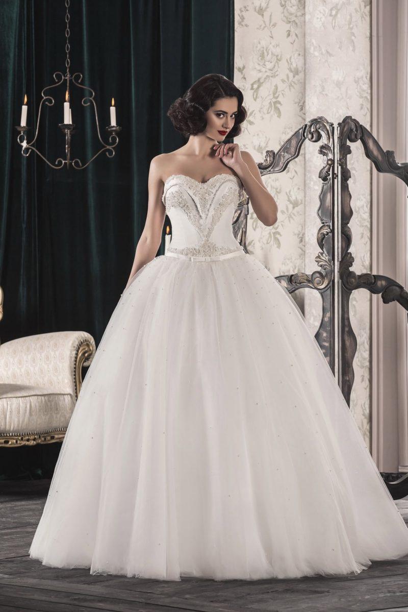Пышное свадебное платье с оригинально декорированным корсетом и пайетками на юбке.