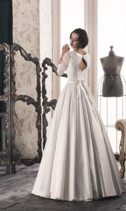 Изысканное свадебное платье с атласной юбкой и кружевными рукавами длиной три четверти.