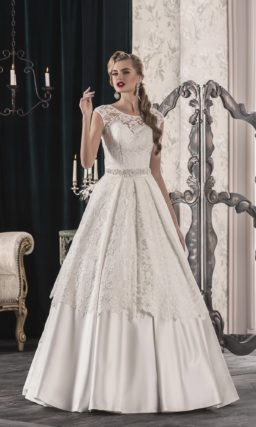 Атласное свадебное платье с открытой спинкой и необычным кружевным верхом подола.