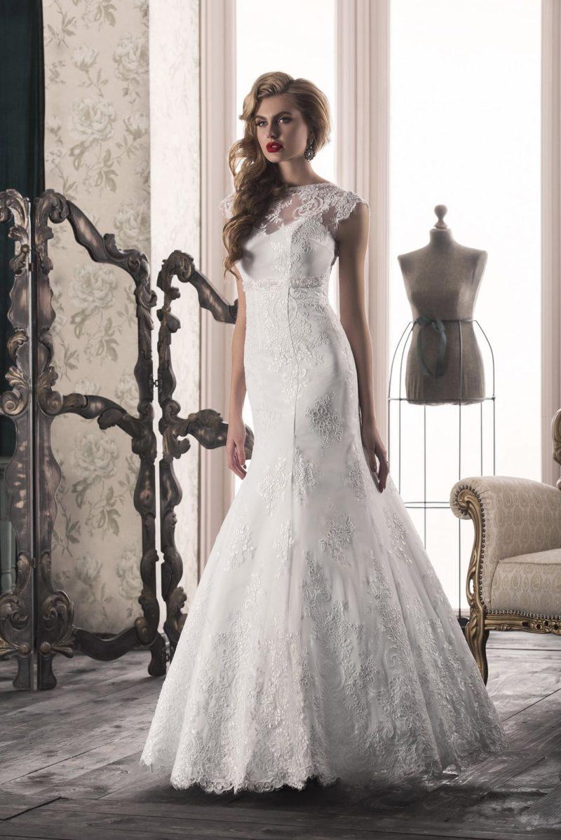 Свадебное платье «рыбка» с V-образным вырезом сзади  и кружевным декором лифа.