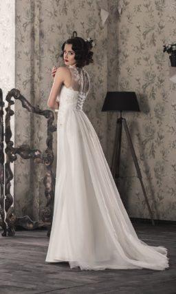 Восхитительное свадебное платье прямого кроя с роскошным шлейфом и кружевной отделкой.