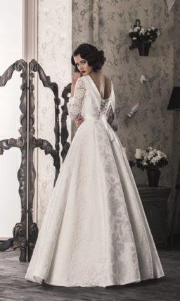 Свадебное платье пышного кроя с атласным воротником и глубоким вырезом на спинке.