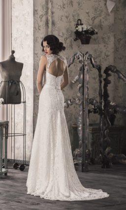 Свадебное платье «рыбка» с кружевной отделкой по всей длине и округлым вырезом на спинке.