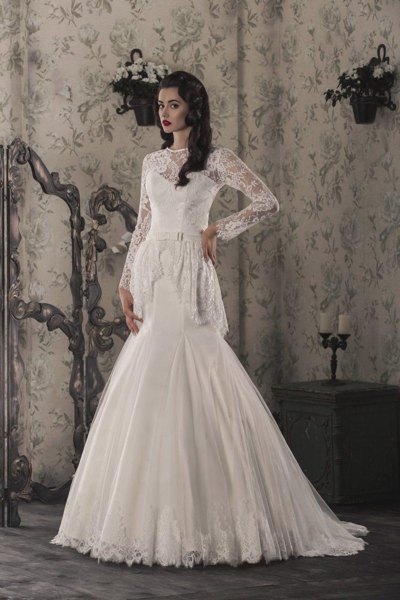 Свадебное платье «рыбка» с длинным кружевным рукавом и романтичной баской на талии.