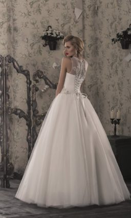 Стильное свадебное платье с пышной многослойной юбкой и атласным корсетом с вышивкой.