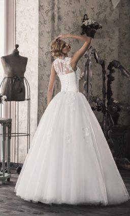 Очаровательное свадебное платье пышного кроя с закрытым верхом, покрытым кружевом.
