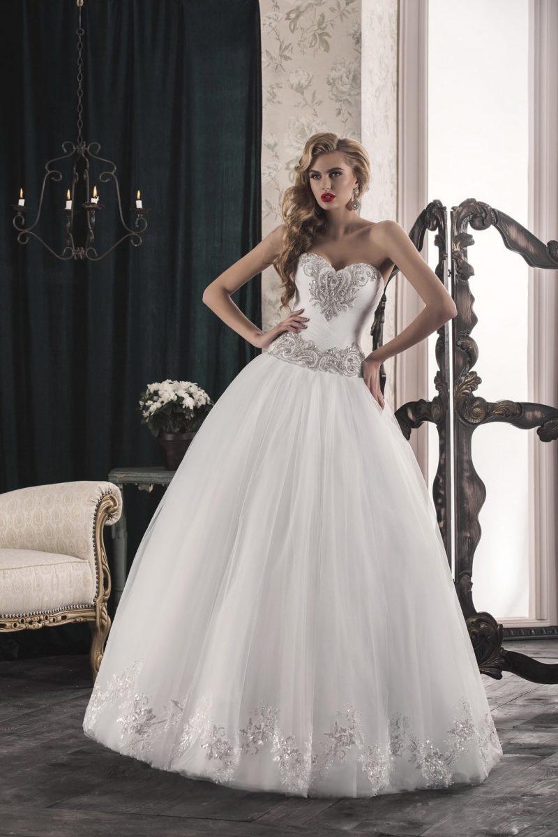 Открытое свадебное платье пышного кроя с сияющей серебристой вышивкой по корсету.