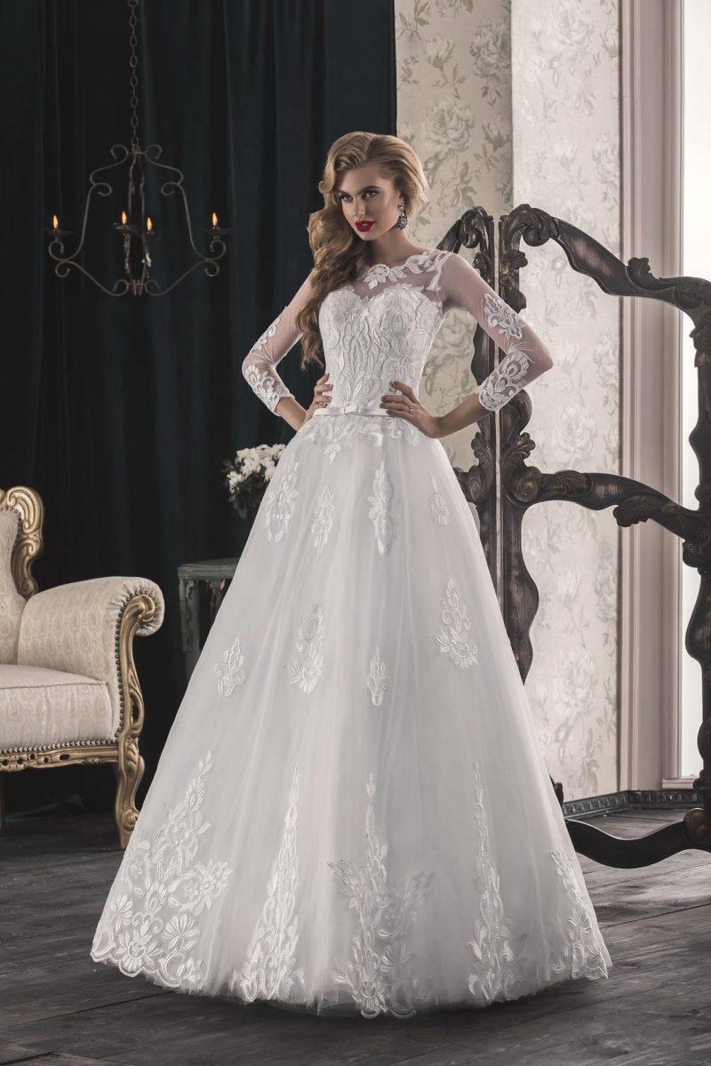 Свадебное платье «принцесса» с закрытым верхом, украшенным аппликациями и вышивкой.