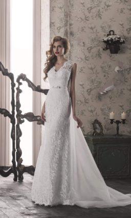 Прямое свадебное платье с узким поясом, длинным шлейфом и широкими  кружевными бретелями.