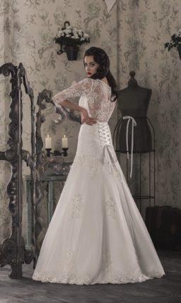 Свадебное платье с заниженной линией талии, изящными рукавами и кружевной спинкой.