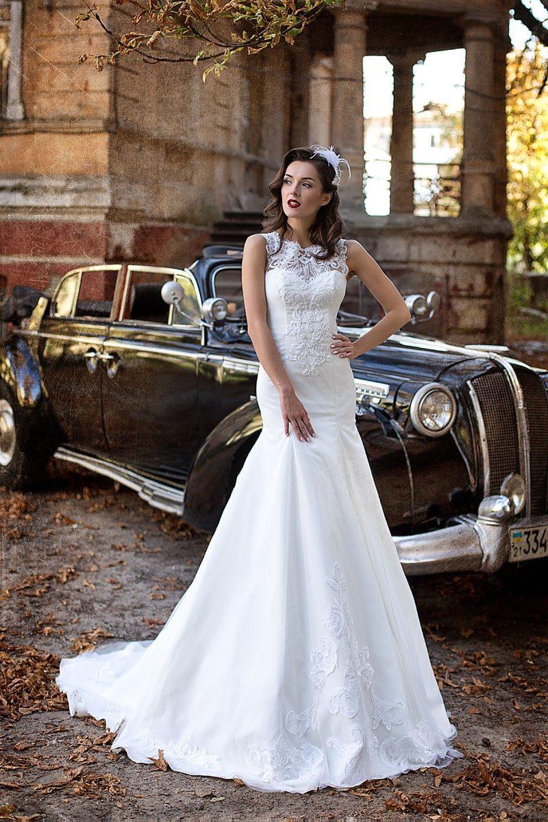 Кружевное свадебное платье «рыбка» с фигурным вырезом под горло и полупрозрачной спинкой.