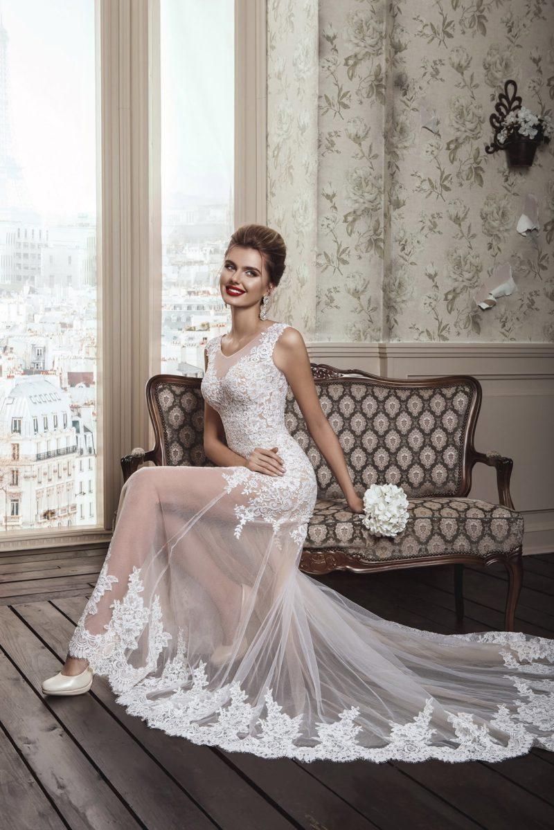 Необычное свадебное платье прямого кроя с полупрозрачной юбкой, украшенной кружевом.