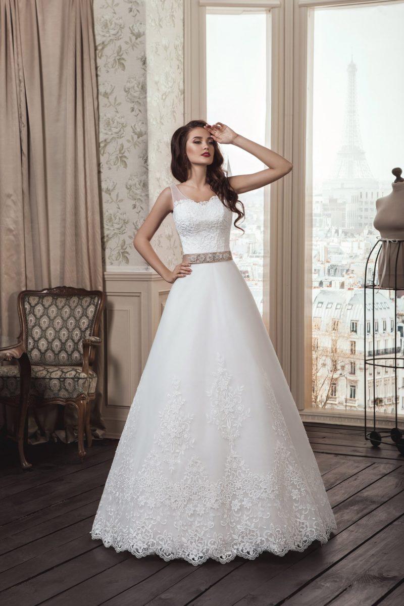 Свадебное платье «принцесса» с широким розовым поясом из атласа и прозрачными бретелями.